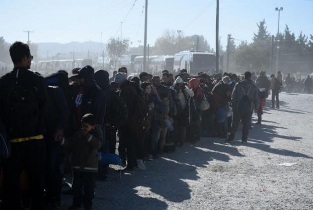 Ουρά προσφύγων που περιμένουν να περάσουν από την Ελλάδα στα Σκόπια